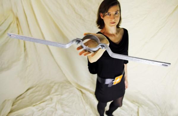Rohrschelle / schilderhalter f. Rohrdurchmesser 76mm, Lochabstand 700mm, f. 1 Schild